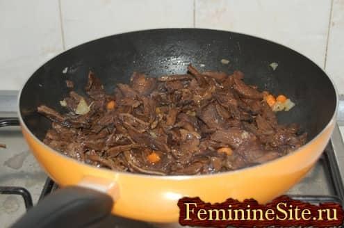 Рецепт блинчиков с грибами - обжарить грибы
