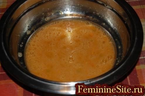 Рецепт блинчиков с грибами - взбиваем яйца с солью