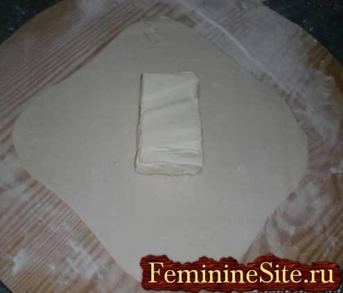 Слоеное тесто рецепт с фото - масло в центр теста