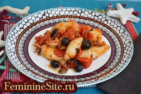 тушка кальмара с помидорами и оливками