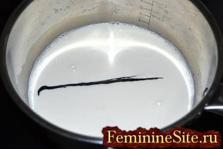 вскипятить молоко с ванилью